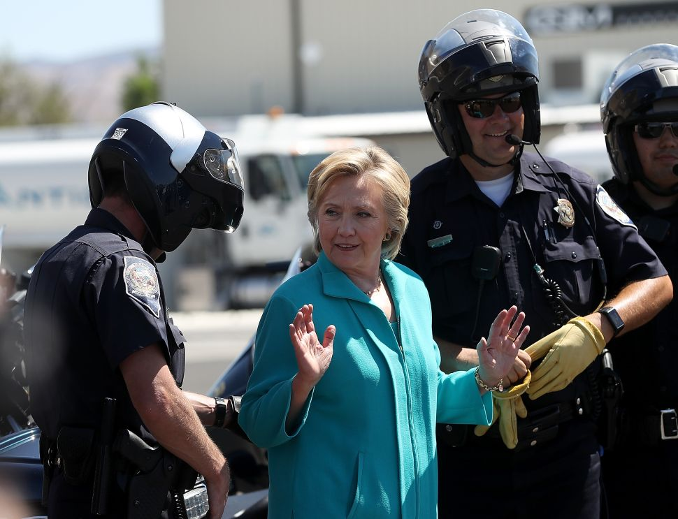Clinton Wants to Keep the Republican Majority in Congress