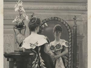 La comtesse Greffulhe, née Elisabeth de Caraman-Chimay (1860-1952), portant la robe aux lis créée pour elle par la maison Worth. Photographie de Paul Nadar (1856-1939). 1896. Galliera, musée de la Mode de la Ville de Paris.