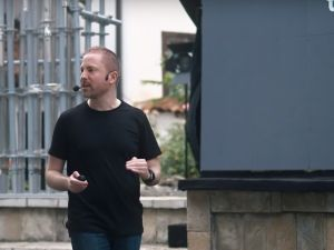 Aral Balkan speaks at DOKU:TECH.