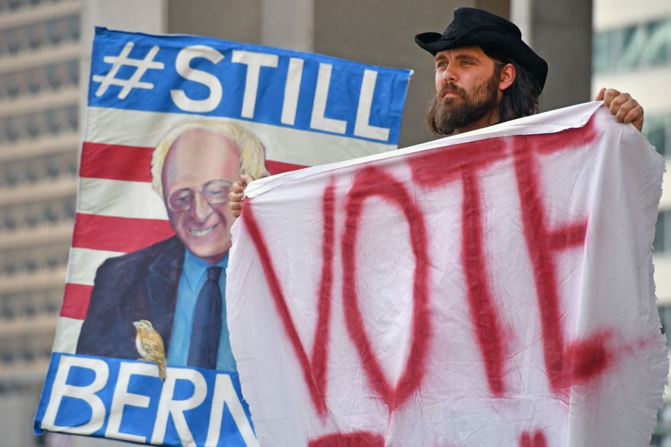 Bernie Sanders Mobilizes Supporters, Clinton Remains Stuck in the Past