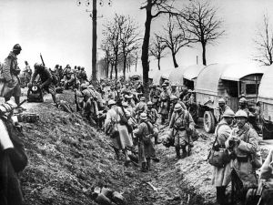 Verdun, FRANCE: POUR ILLUSTRER LES PAPIERS SUR LA BATAILLE DE VERDUN - This file picture dated 1916 shows French soldiers getting out of trucks near Verdun battlefield, eastern France during WWI. The battle won by the French in November 1916 cost the life of 163.000 French soldiers and 143.000 German. Today, Verdun is building a parallel legacy as a message of peace taht teachers and historians transmit to some 50,000 young Europeans who visit its once-bloodied fields every year. AFP PHOTO