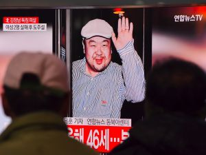People watch a television showing news reports of Kim Jong-Nam, the half-brother of North Korean leader Kim Jong-Un, at a railway station in Seoul on February 14, 2017. Kim Jong-Nam, the half-brother of North Korean leader Kim Jong-Un has been assassinated in Malaysia, South Korean media reported on February 14. / AFP / JUNG Yeon-Je