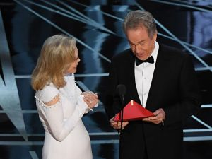 Actress Faye Dunaway and actor Warren Beatty arrive on stage to announce the winner of the Best Movie category at the 89th Oscars on February 26, 2017 in Hollywood, California. / AFP / Mark RALSTON (Photo credit should read MARK RALSTON/AFP/Getty Images)