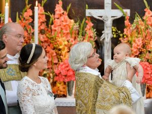 Arch Bishop Antje Jackelen holds up Prince Alexander at Palace Chapel in Drottningholm Palace in Stockholm while Prince Carl Philip (L), Bishop Johan Dalman and Princess Sofia watch during the christening of the five month-old Prince on September 9, 2016. / AFP / TT News Agency AND TT NYHETSBYRÃN / Jonas EKSTROMER / Sweden OUT