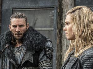 Zachary McGowan as Roan and Eliza Taylor as Clarke.