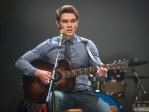KJ Apa as Archie Andrews.