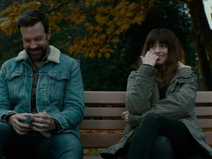 Jason Sudeikis as Oscar and Anne Hathaway as Gloria.
