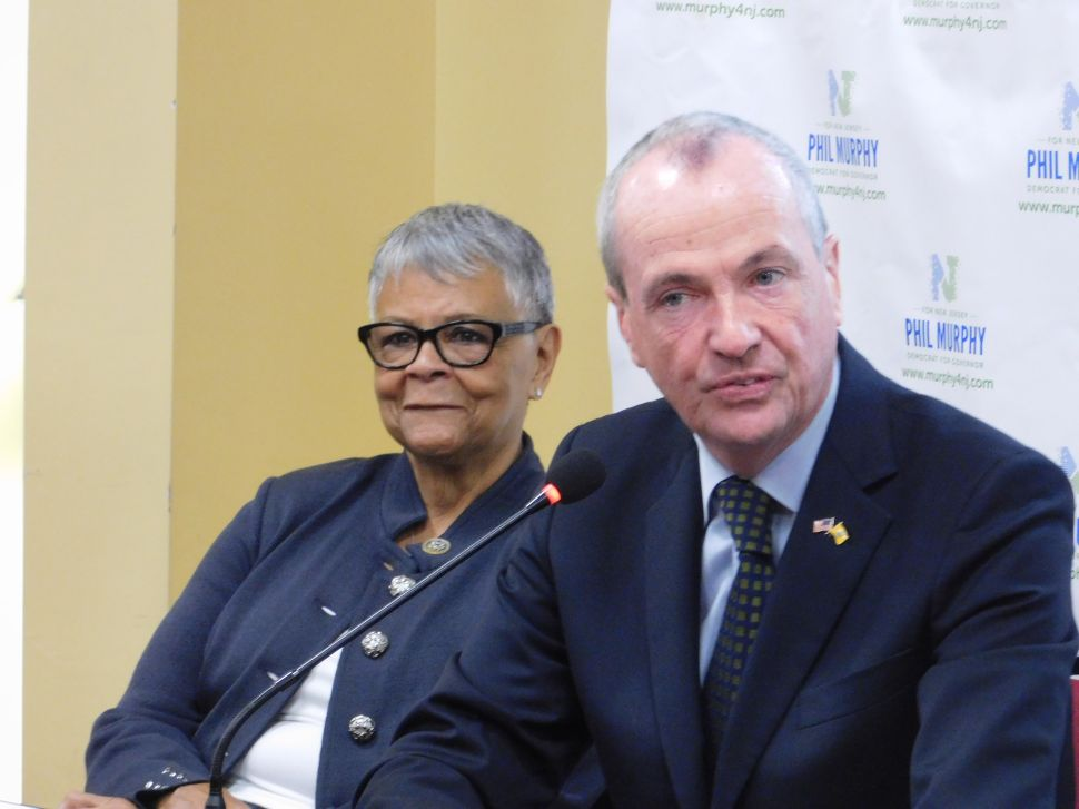 Murphy Backs Pay Equity Measures for Women