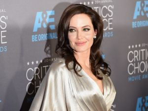 Angelina Jolie has reportedly put in an offer on a historic Hollywood home.