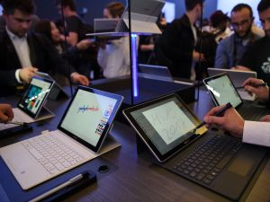 Journalists test the tablet Samsung Galaxy Book.