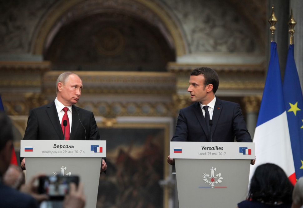 Macron Calls Russian Media 'Propaganda' as Putin Stands Next to Him