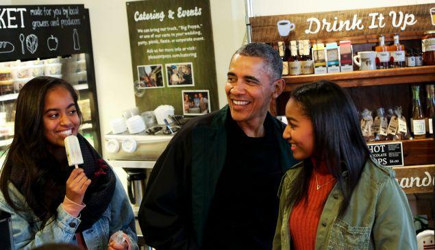 Barack Obama, Sasha Obama and Malia Obama.