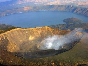 The crater of Ilamatepec volcano emits smoke 24 January 2001 beside Coatepeque Lake in Santa Ana, about 70 kms (43.4980 miles) from the El Salvadoran capital. Geologists say activity of the volcano has increased in recent days.