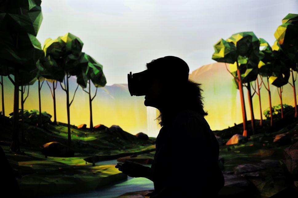 Virtual Reality Showdown: Google Daydream View vs. Samsung Gear VR