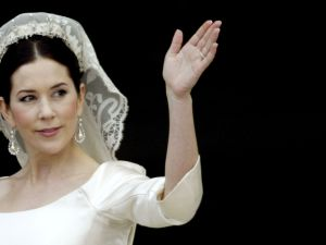 COPENHAGEN, DENMARK - MAY 14: Crown Princess Mary waves from the balcony of Christian VII's Palace after her wedding to Crown Prince Frederik of Denmark on May 14, 2004 in Copenhagen, Denmark. The romance began in 2000 when Miss Mary Elizabeth Donaldson met the heir to one of Europe's oldest monarchies over drinks at the Sydney Olympics, where he was with the Danish sailing team. (Photo by Ian Waldie/Getty Images)