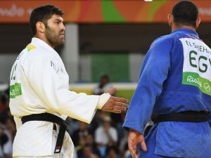 Israel's Or Sasson (white) competes with Egypt's Islam Elshehaby at the 2016 Olympic Games in Rio de Janeiro.