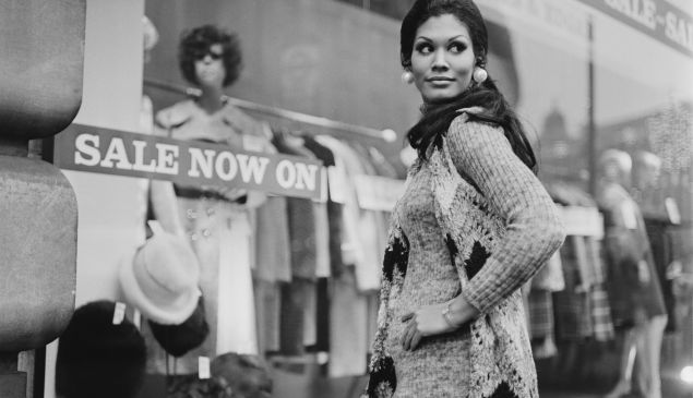 Jennifer Hosten, who won the Miss World 1970 contest as Miss Grenada, shopping in London, UK, 6th January 1971. (Photo by Dove/Daily Express/Getty Images)