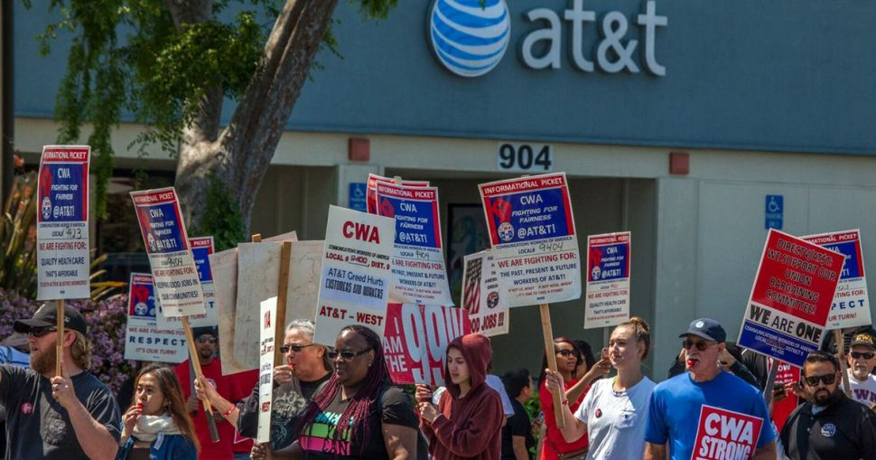 AT&T Reaches Deal With Union Workers After Yearlong Dispute
