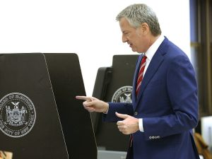 Mayor Bill de Blasio votes at a public library in Brooklyn on Election Day on Nov. 7, 2017 in New York City. (Photo by Spencer Platt/Getty Images)