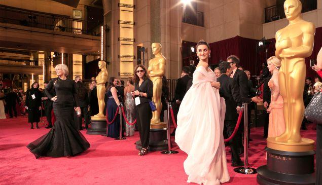 Glenn Close and Penelope Cruz attend the Oscars in 2014.