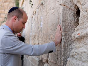 Britain's Prince William touches the Western Wall, the holiest site where Jews can pray, in Jerusalem's Old City on June 28, 2018. - The Duke of Cambridge is the first member of the royal family to make an official visit to the Jewish state and the Palestinian territories.