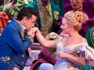 Alfredo (Juan Diego Flórez) and Violetta (Diana Damrau) meet cute in 'La Traviata'.
