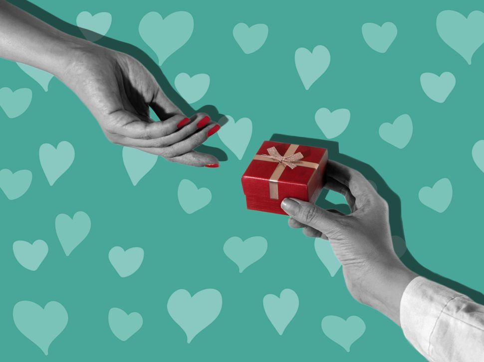 6 Non-Cheesy Valentine's Day Gift Ideas, According to Dating Experts