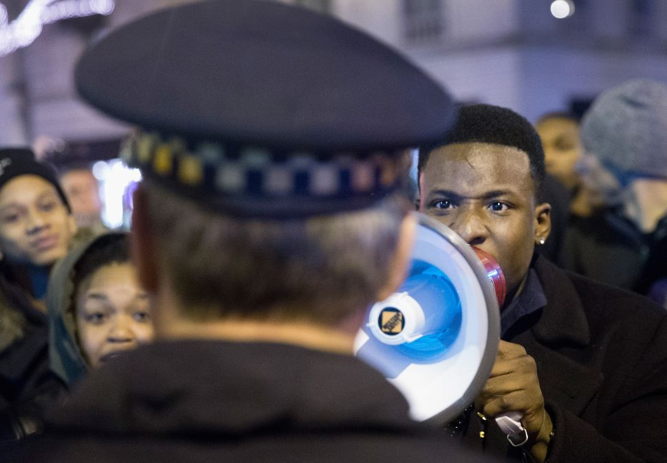 Crowd Briefly Frees Man From Chicago Police, Cops React as If the World Is Ending