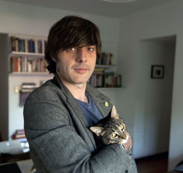 An image of the author, Andrés Barba, holding a cat.