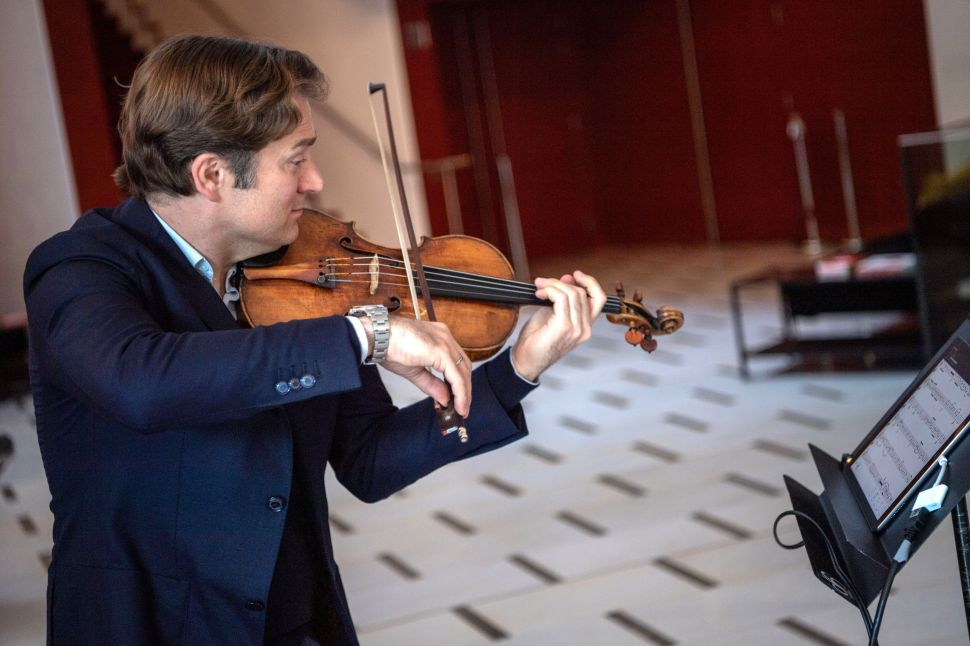 This Classical Violinist-Endorsed App Lets Musicians Practice With Major Orchestras