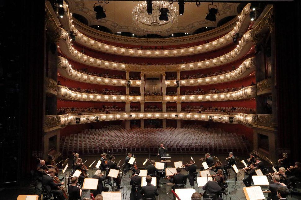 Jonas Kaufmann and the Bavarian State Opera Perform Sad Songs for a Hopeful Audience