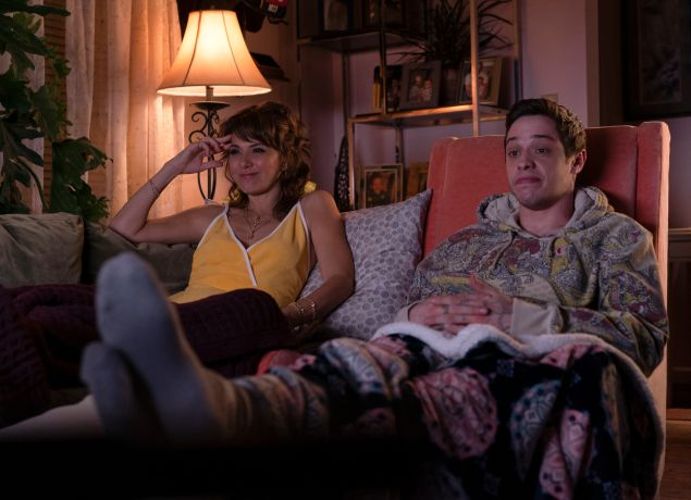 Margie Carlin (Marisa Tomei) and Scott Carlin (Pete Davidson) in The King of Staten Island