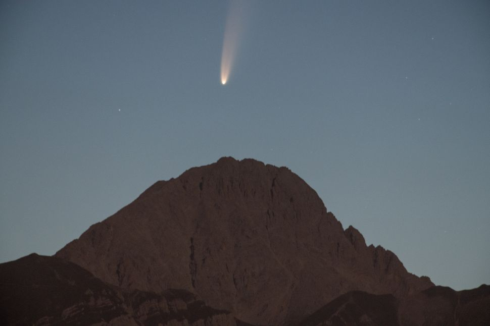 NASA Found a Very Rare, Extremely Bright Comet That's Passing Earth Right Now