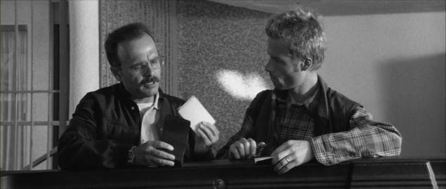 Teddy (Joe Pantoliano, left) gives Leonard (Guy Pearce) information.