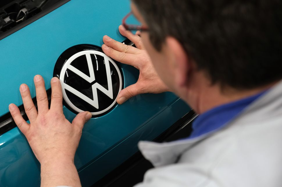 Volkswagen Will Develop In-House Self-Driving Chip to Compete With Tesla, Apple