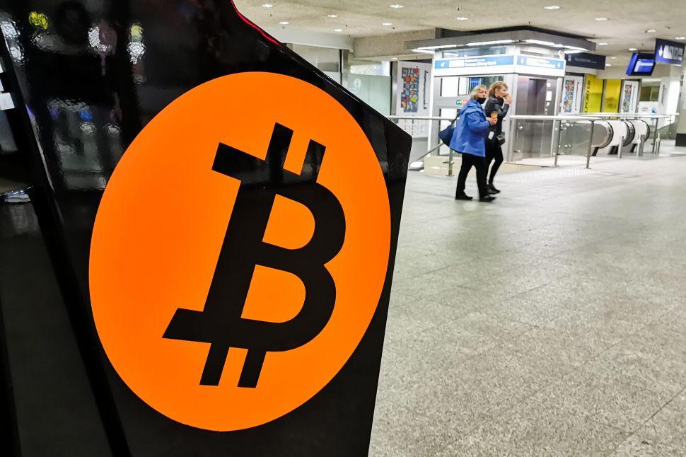 Walmart, Amazon Seek Crypto Leads: Are Retail Giants Finally Embracing Bitcoin?