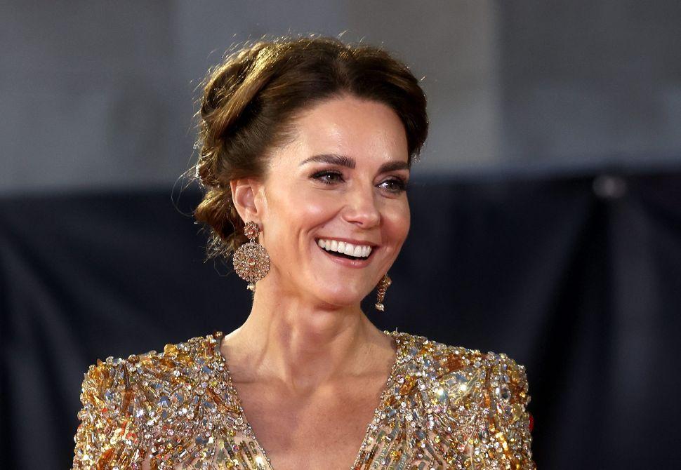 Kate Middleton se robó el espectáculo con un vestido dorado brillante en el estreno de James Bond